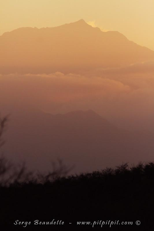 Nous entamons ce matin une montée toute spéciale dans un gigantesque massif de montagnes: la Sierra Nevada de Santa Marta...