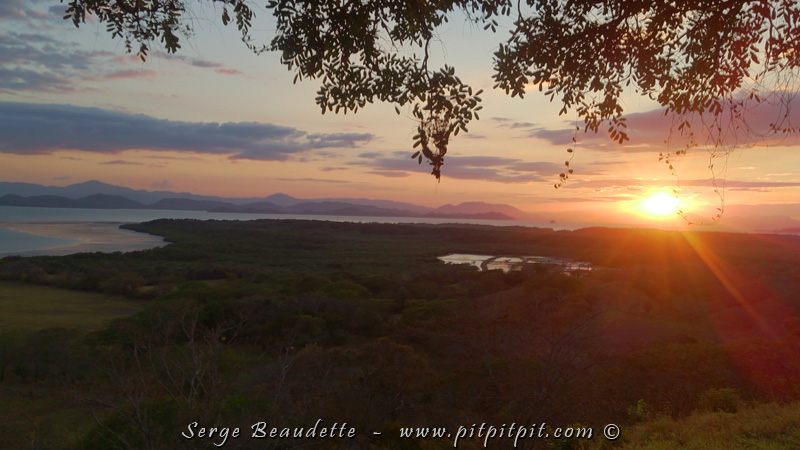 Nous terminons la journée sur un belvédère qui donne sur une grande partie de la propriété pour admirer le soleil qui se couche sur les montagnes de l'autre côté du Golfe…