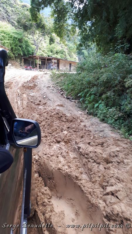 Les routes sont si jeunes qu'on peut tomber dans des énormes trous, même à l'approche du seul petit village qu'on croise, en montant...! La montée est donc particulièrement fastidieuse; ce n'est heureusement pas nous qui conduisons!