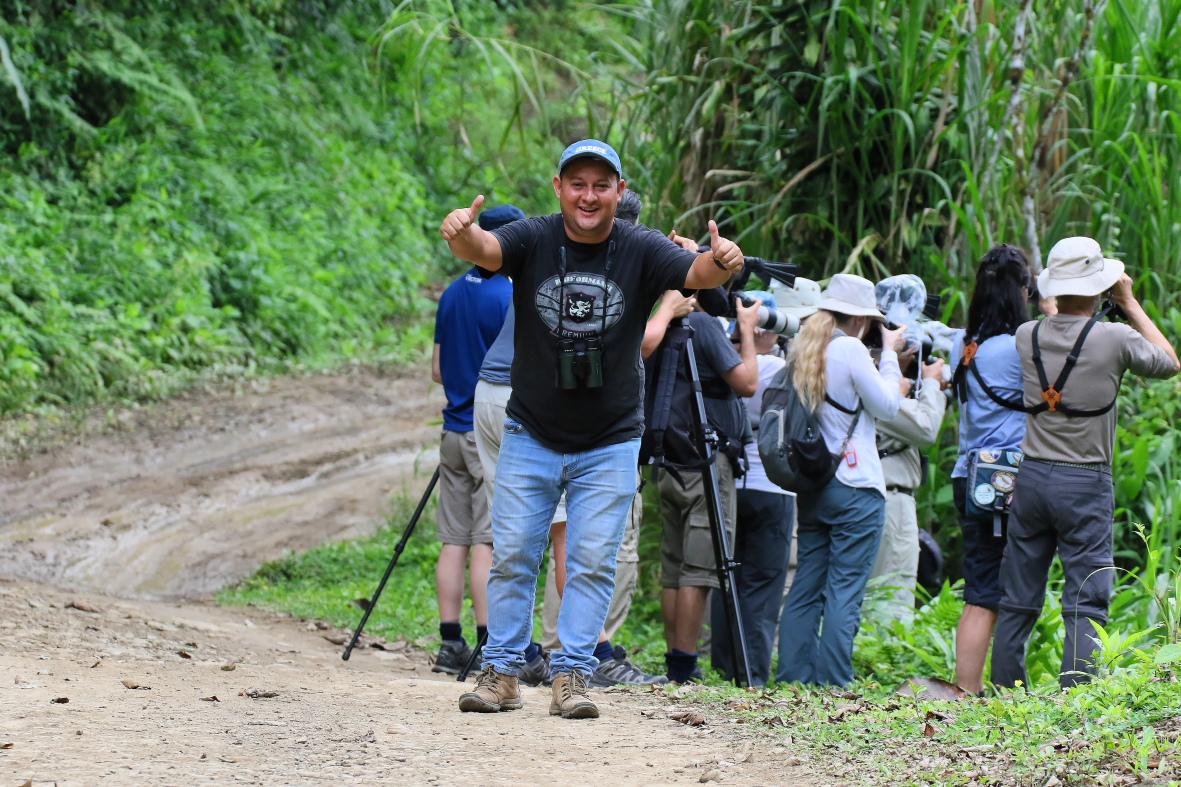 """...Difficile à trouver, nous avions un endroit """"assez sûr"""", mais Damian, notre chauffeur, en avait vu une tout près de là, sur une autre portion de rivière... Il était TRÈS TRÈS heureux que nous trouvions l'oiseau tout de suite en arrivant!!! (Photo de Jean-Guy Gagnon)"""